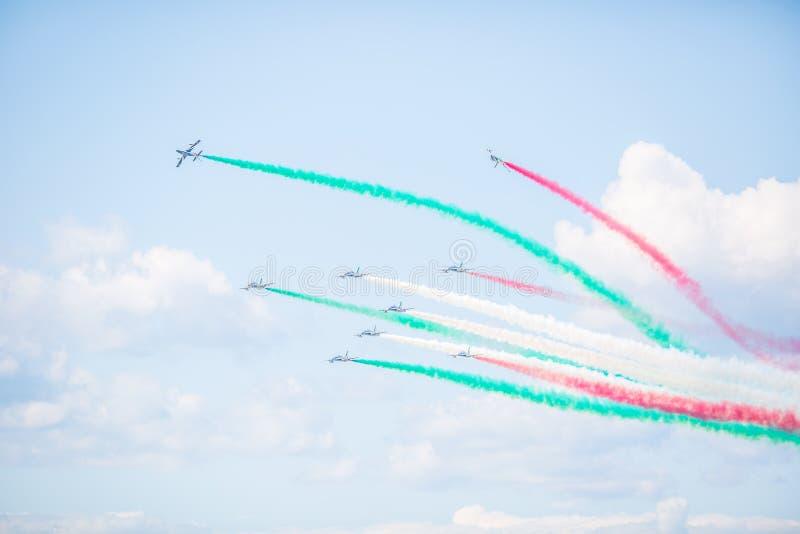 Sliac, Eslováquia - 4 de agosto de 2019 O esquadrão aerobatic italiano Frecce Tricolori do shov do ar no céu mostra fora manobras fotos de stock