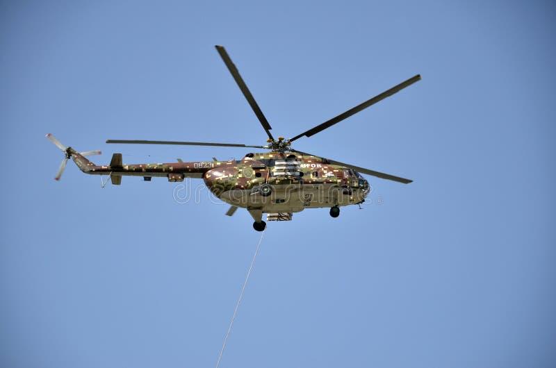Sliac, Slovacchia - 27 agosto 2011: Esposizione di volo dell'elicottero mil Mi-17M, che appartengono in aeronautica slovacca fotografie stock libere da diritti
