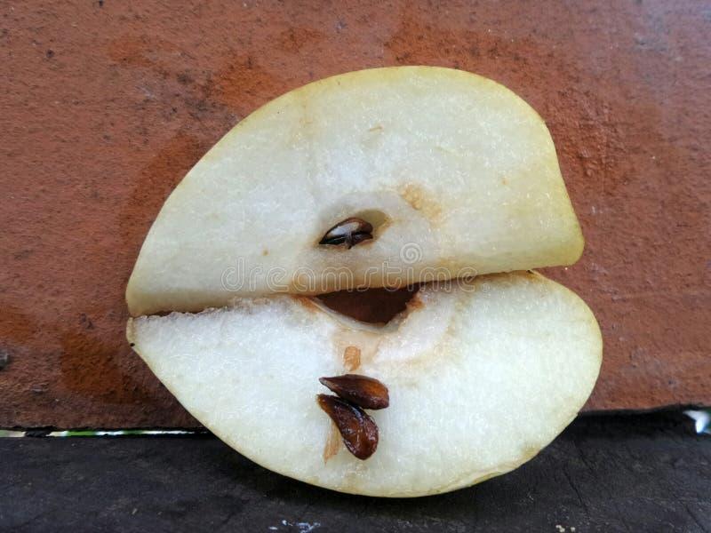 SliceÄ 新鲜和甜水多的中国梨 库存图片