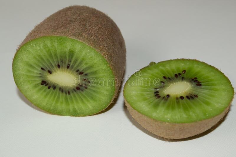 sliced-kiwi royalty free stock photos