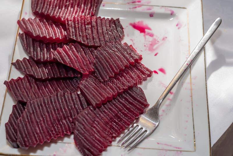 Sliced kokade rödbeta arkivbild