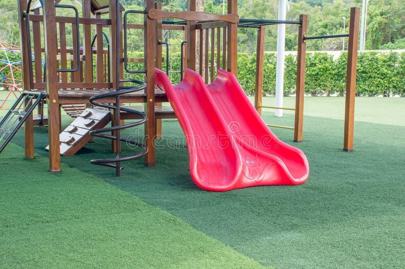 Slider (campo de jogos das crianças) no parque imagens de stock