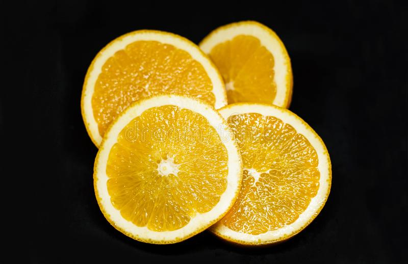 Slieces oranges juteux sur le fond noir images stock