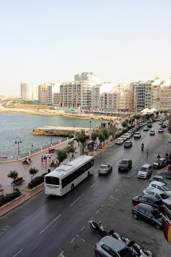 Sliema, Malta, em julho de 2014 Estância turística ocupada da terraplenagem fotos de stock royalty free