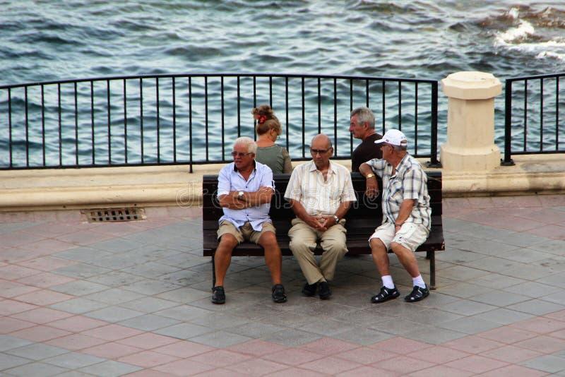 Sliema, Malta, julio de 2014 Los jubilados malteses descansan por la tarde en el mar imágenes de archivo libres de regalías