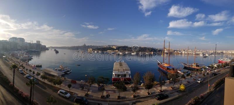 Sliema Malta - Maj 2018: Panoramautsikt av den storslagna hamnen i Valletta arkivfoton