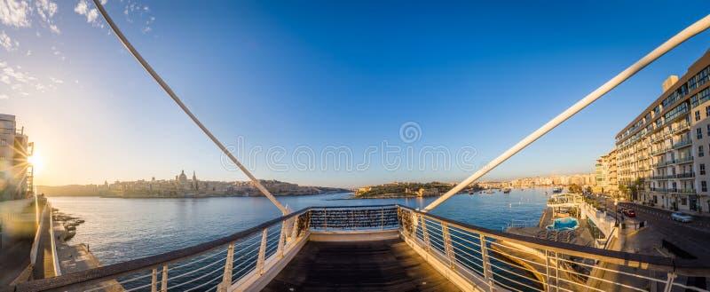 Sliema, Malta - passerella al punto di Tigne con il punto di vista panoramico di La Valletta e di Manoel Island immagini stock