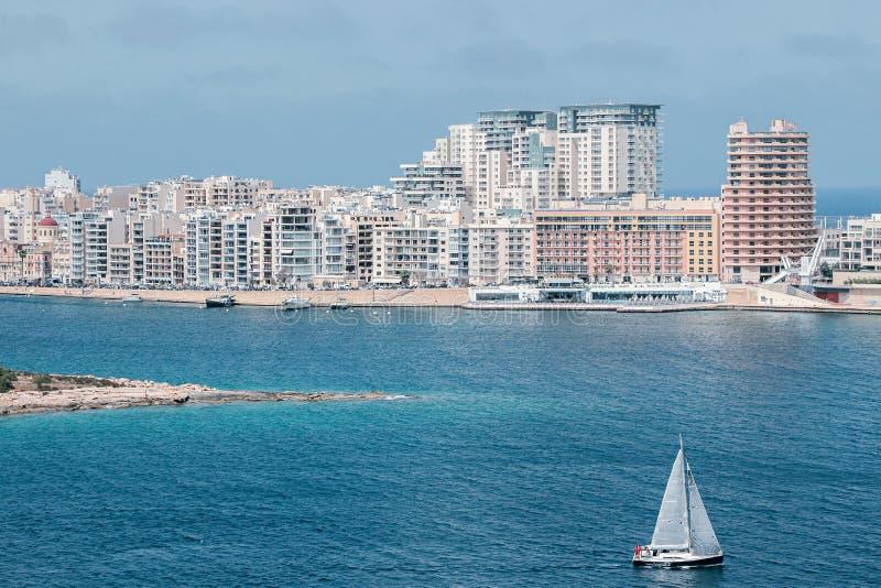 Sliemacityscape met oceaan in Malta stock afbeeldingen