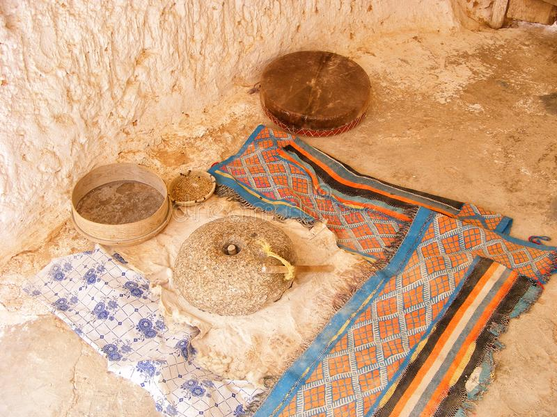 Slijpsteen, zeefbrood die hulpmiddelen, Arabisch tapijt in Matmata, Tunesië, Noord-Afrika maken royalty-vrije stock foto