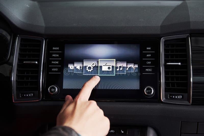 Slim auto en Internet van dingeniot concept Vingerpunt aan auto` s console en pictogrammen popup uit het scherm royalty-vrije stock foto's