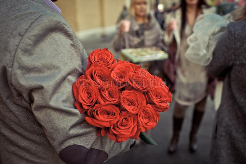 Slim boeket van rozen Het opwindende aroma van liefde royalty-vrije stock afbeeldingen