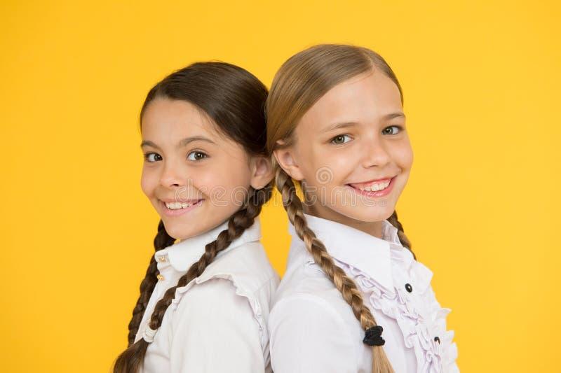 Slim en slim jong geitje formele manier Onderwijs in het buitenland het slimme kijken kinderen Schoolvrienden Gelukkige kinderen  royalty-vrije stock foto's