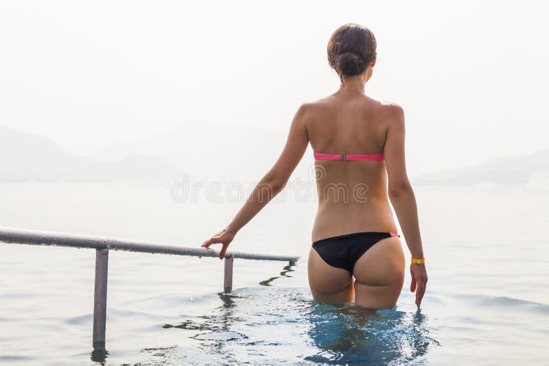 Slim garvade den unga kvinnan i havet arkivbilder