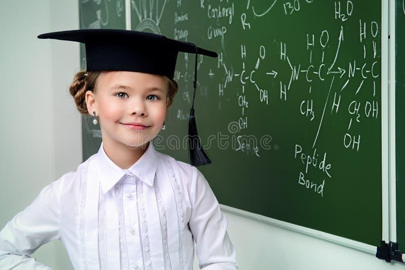 Slim glimlachend schoolmeisje royalty-vrije stock afbeeldingen