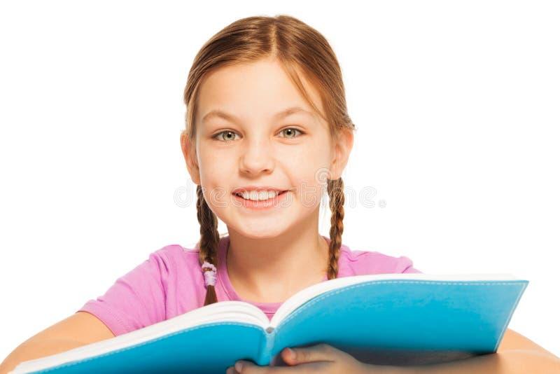 Slim glimlachend schoolmeisje met een handboek royalty-vrije stock afbeeldingen