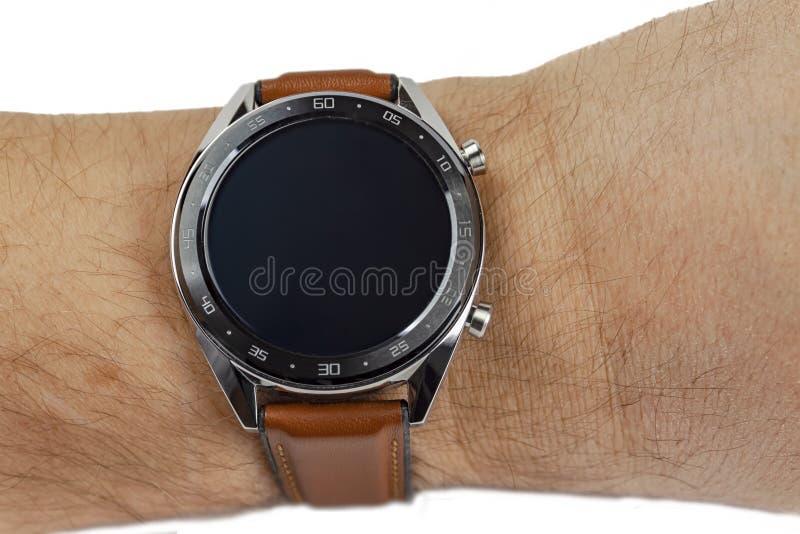 Slim horloge versleten op de hand, close-up op een witte achtergrond isoleer stock foto