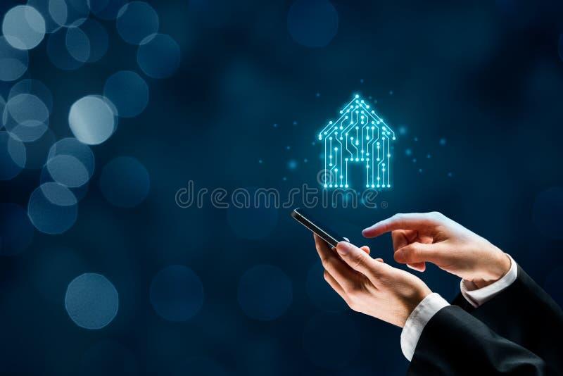 Slim huis en intelligent huisapp concept stock foto's