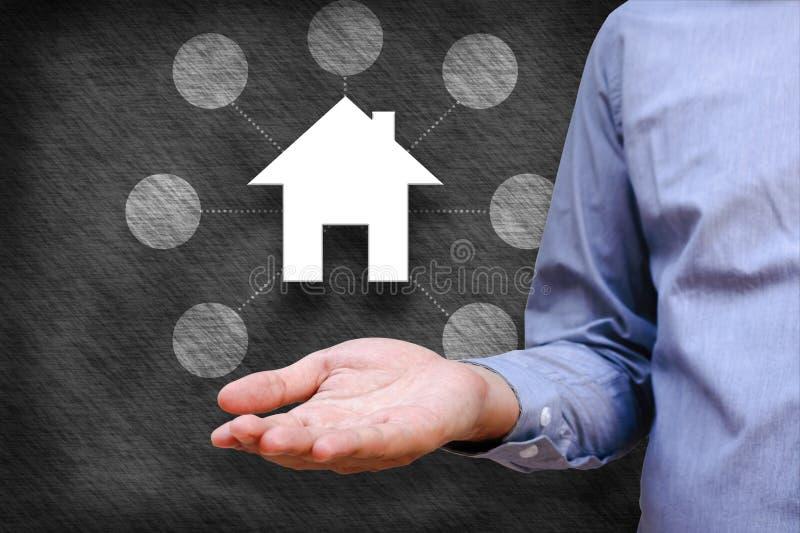 Slim huis en van de huisautomatisering concept Symbool van het huis en stock fotografie