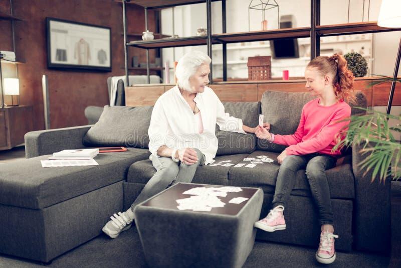 Slim ijverig meisje die gelukkig terwijl het bestuderen met oma voelen royalty-vrije stock foto's