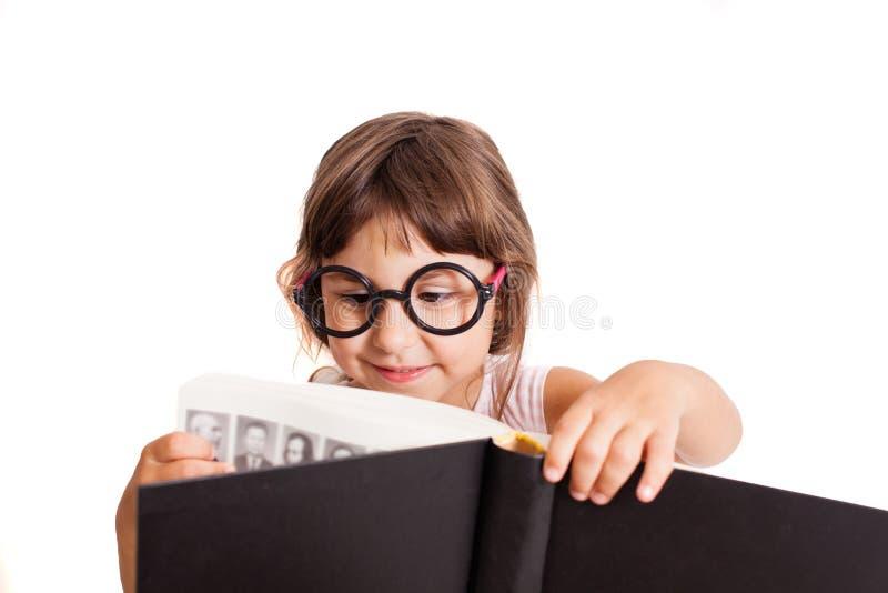 Slim jong geitje die het grote boek bekijken royalty-vrije stock afbeeldingen