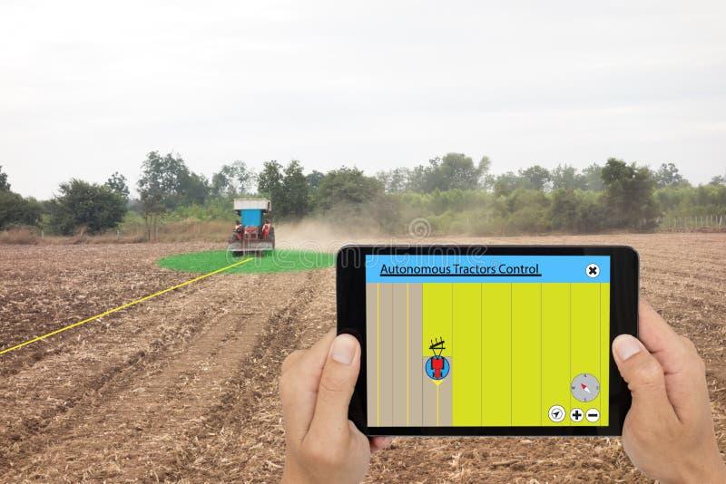 Slim landbouwconcept, de tablet van het landbouwersgebruik om autonomo te controleren royalty-vrije stock fotografie