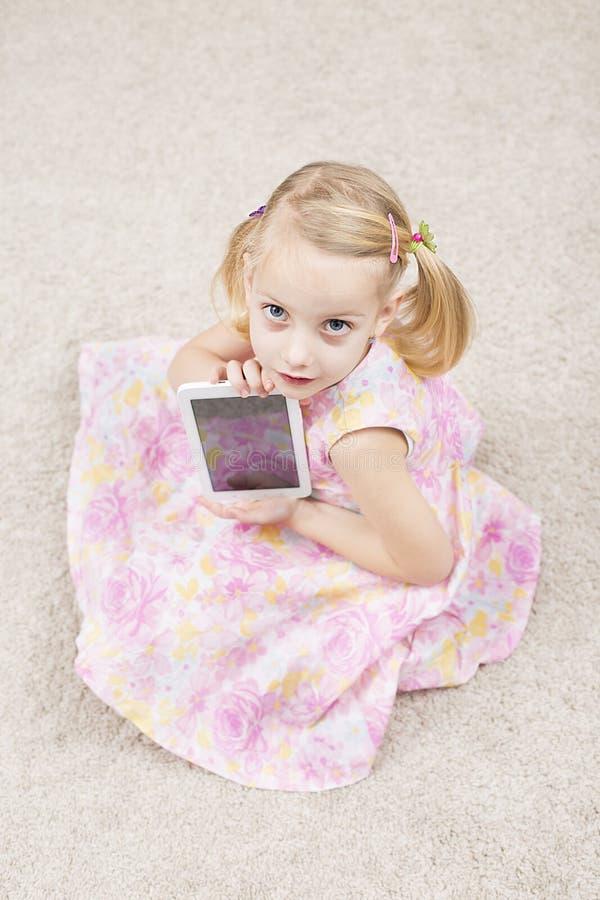 Slim meisje met tablete royalty-vrije stock foto's