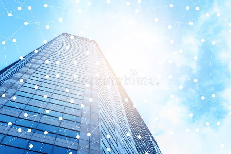 Slim stad en Internet met netwerk - communicatie verbinding op moderne stad stock fotografie
