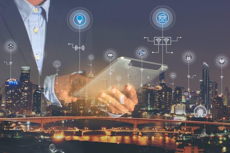 Slim stad of Internet van Dingen IoT, Dubbele blootstelling van Zakenmanhanden die digitale tablet met pictogram of hologram op s royalty-vrije stock fotografie