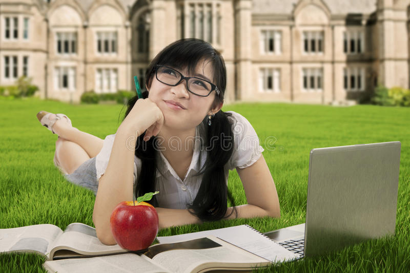 Slim studentendagdromen bij gebied royalty-vrije stock foto