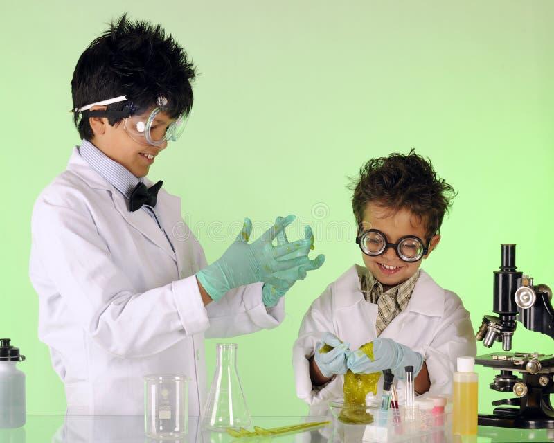 Slime-αγαπώντας αδελφοί στοκ φωτογραφία με δικαίωμα ελεύθερης χρήσης