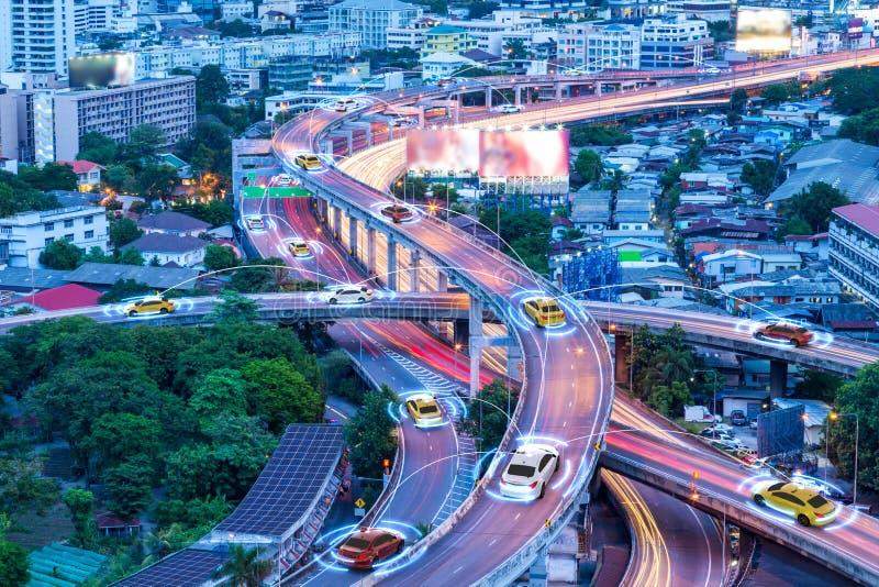 Slimme auto's met het automatische sensor drijven op metropool met draadloze verbinding stock afbeelding