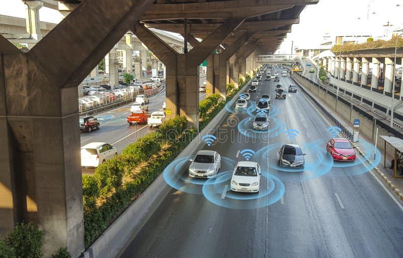 Slimme auto, zelf-drijft wijzevoertuig met het systeem van het Radarsignaal stock foto