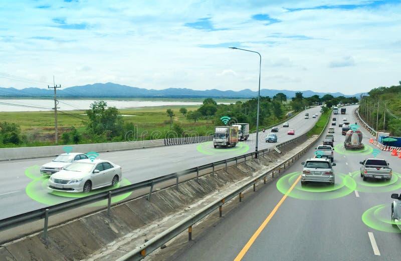 Slimme auto, zelf-drijft wijzevoertuig met het systeem van het Radarsignaal en en draadloze communicatie, stock afbeelding