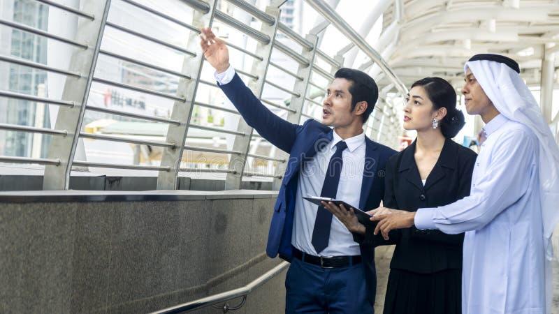 Slimme Aziatische Arabische bedrijfsmensenman en van de vrouw arbeidersbespreking stock afbeeldingen