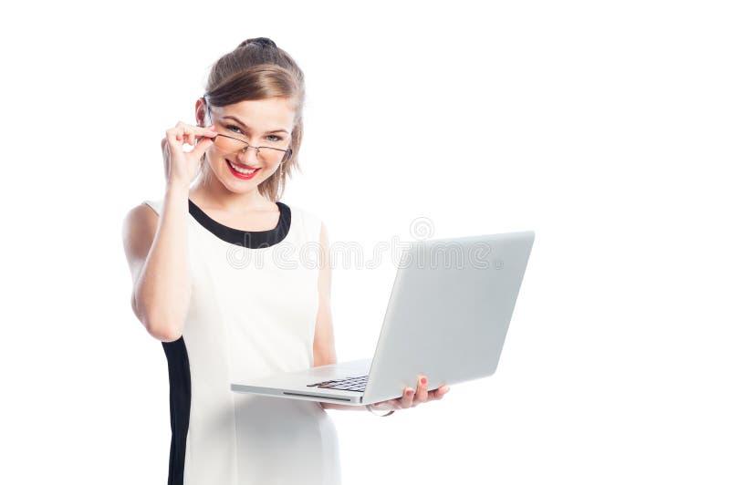 Slimme bedrijfsvrouw die met glazen laptop houden stock foto's