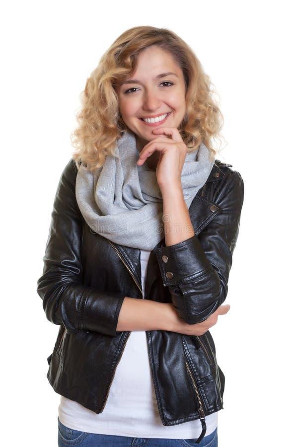 Slimme blonde vrouw in een leerjasje royalty-vrije stock afbeeldingen