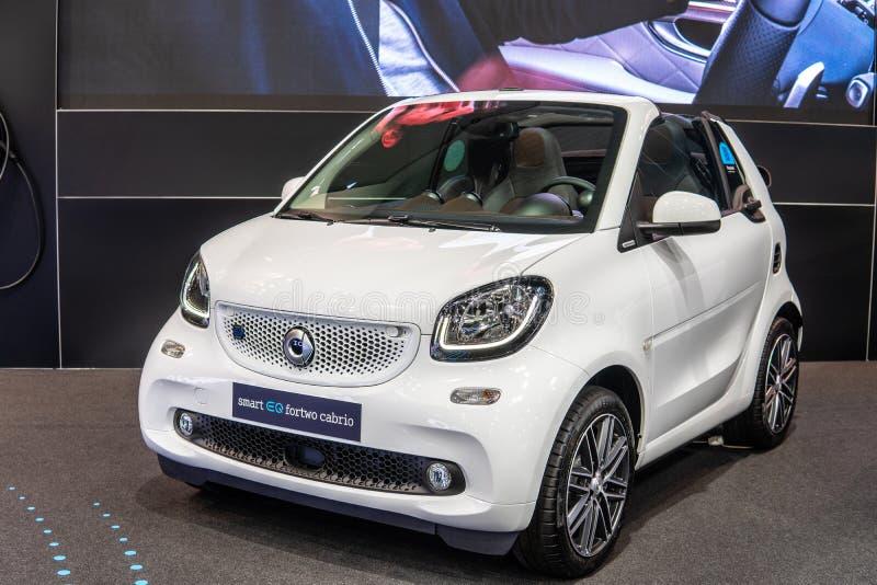 Slimme die EQ-fortwocabrio, elektrisch voertuig EV door Mercedes-Benz wordt geproduceerd royalty-vrije stock afbeeldingen