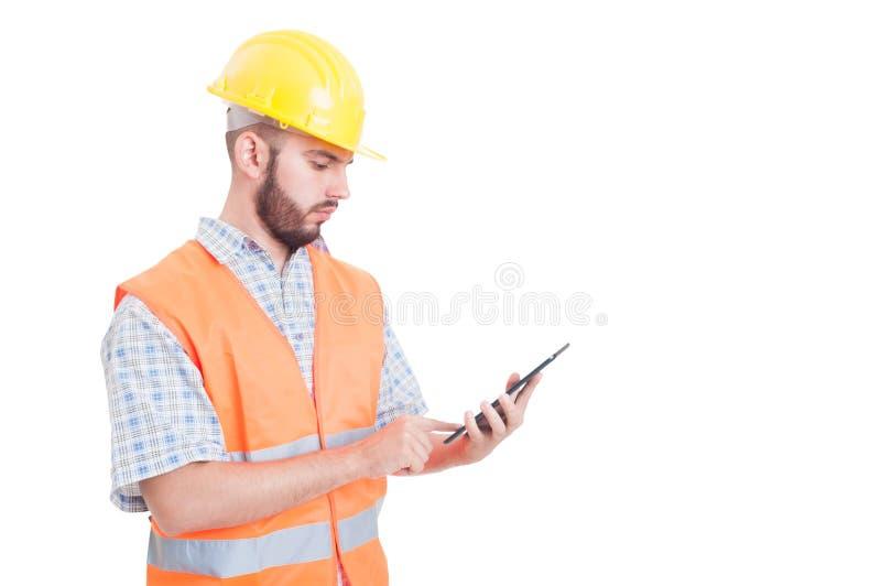 Slimme en moderne bouwer of ingenieur die tablet gebruiken stock foto's