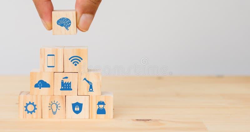 Slimme fabriek, de industrie 4 0 het futuristische concept van de technologietendens, Handmens het te verbinden pictogram zette,  royalty-vrije stock foto