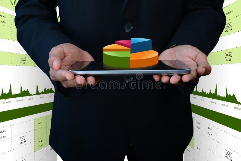 Slimme hand die financiëncirkeldiagram tonen stock foto