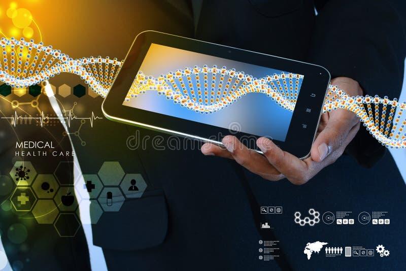 Slimme hand die tabletpc met DNA-interface tonen stock afbeeldingen