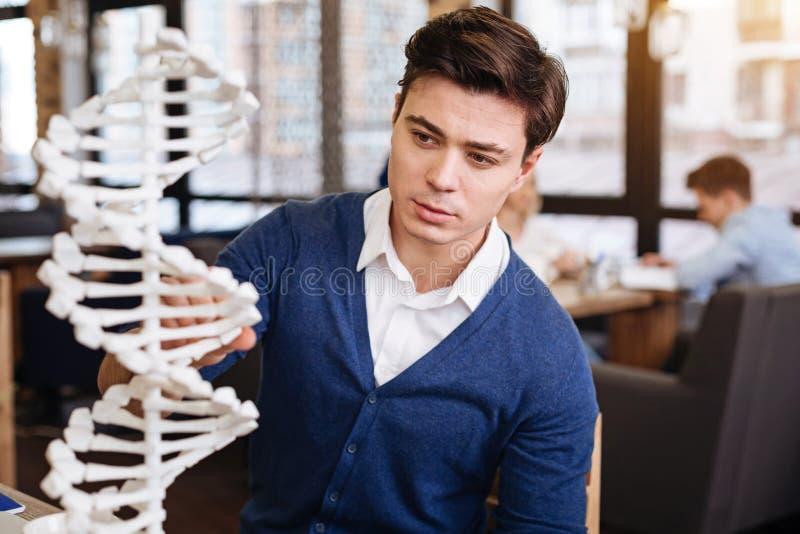 Slimme handsoemstudent die DNA-model bestuderen royalty-vrije stock afbeelding