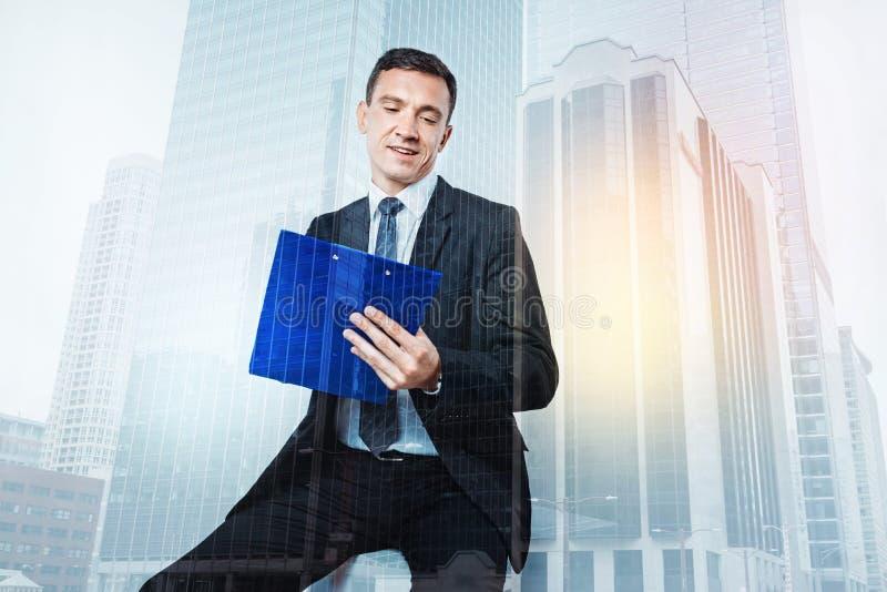 Slimme harde werkende zakenman die op het werk zijn stock afbeelding