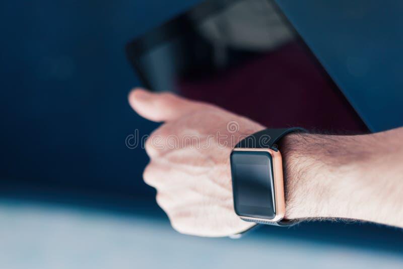 Slimme horloge en tabletpc in een hand royalty-vrije stock fotografie
