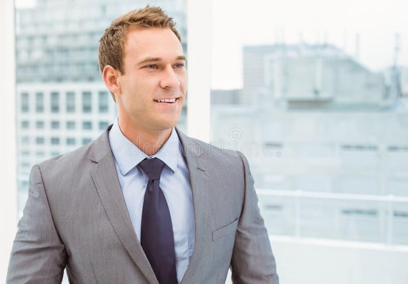 Slimme jonge zakenman in kostuum stock foto