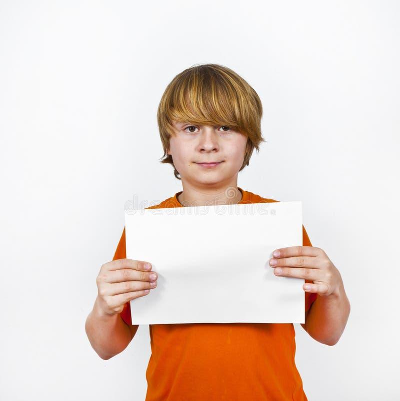 Slimme jongen die lege affiche houdt royalty-vrije stock afbeelding