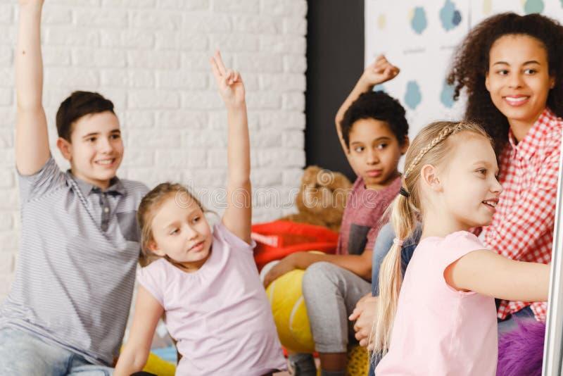 Slimme kinderen tijdens les stock fotografie