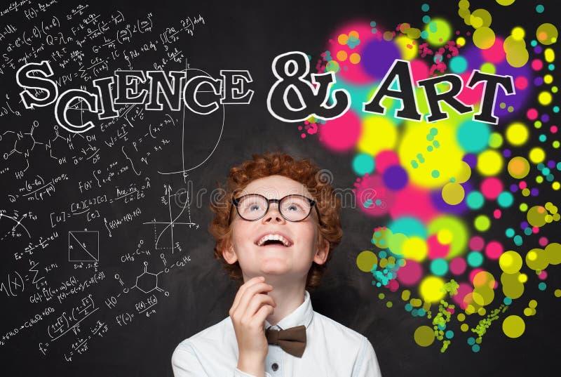Slimme kindjongen die wiskundeformule en de achtergrond van het kunstpatroon bekijken Brainstorming, creativiteit en onderwijscon royalty-vrije stock foto