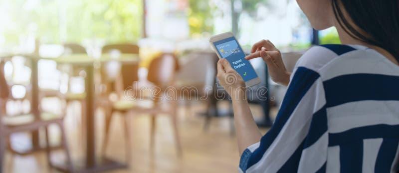 Slimme kleinhandels in futuristische iottechnologie marketing concepten, klantengebruik mobiel aan betaling het product via mobie royalty-vrije stock foto's