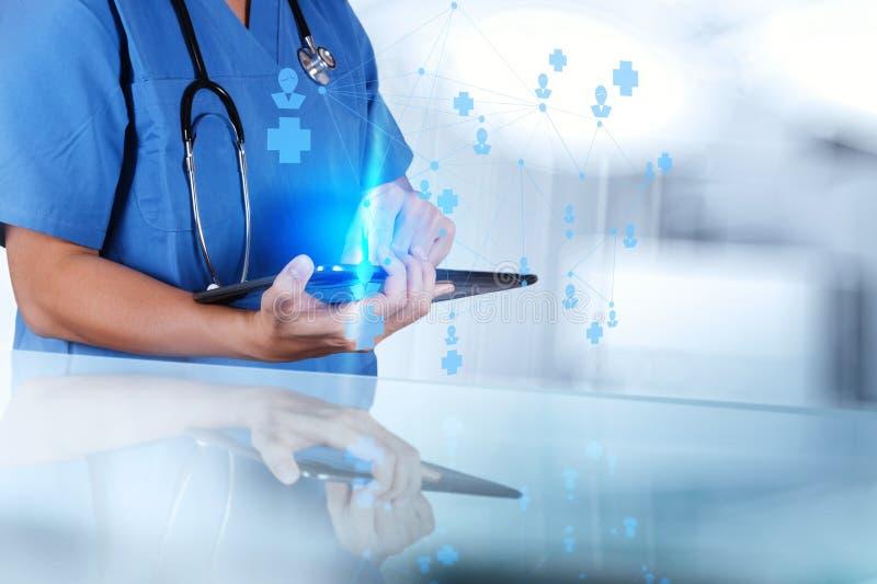 Slimme medische artsenhand die netwerk tonen stock afbeelding